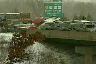 Сто машин зіткнулися у США через сніг