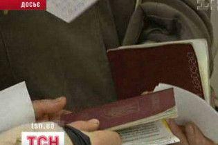 Кабмін заборонив видавати закордонні паспорти старого зразку