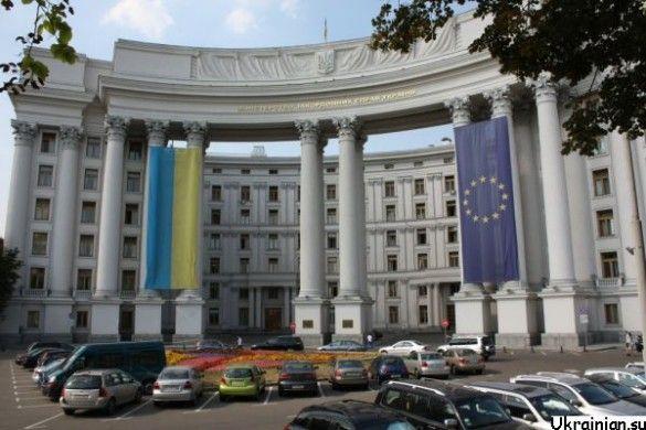 Будівля МЗС із українським прапором