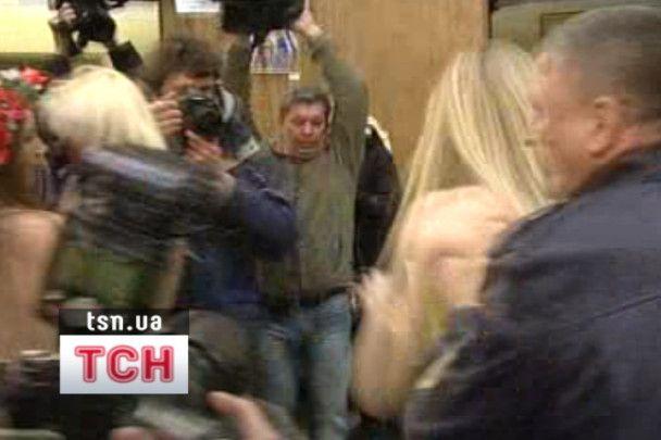 На дільницю Януковича прийшли оголені дівчата