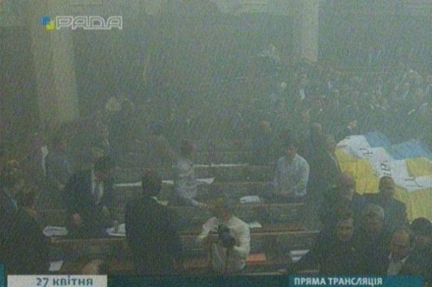 Литвина закидали яйцями та димовими шашками