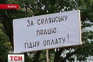 Волинські селяни заблокували трасу, вимагаючи гідної оплати за свою продукцію