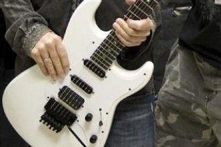 Щоб потрапити до Книги Гіннеса, індус грав на гітарі 55 годин