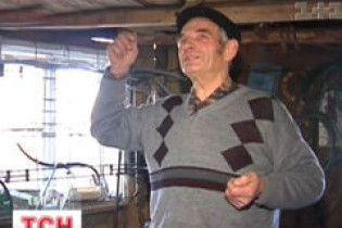 На Прикарпатті пенсіонер добуває газ із гною