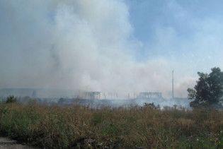 Рятувальники зуміли проникнути на територію складів, що горять під Донецьком