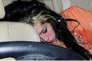 Емі Вайнхаус знову застукали п'яною
