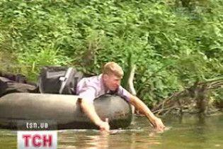 Листоноша-екстремал доправляє пошту через річку на тракторній камері