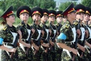 Українські жінки рятуються від кризи службою в армії
