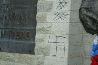 """На Бронзовому солдаті намалювали свастику та написали """"Хайль Гітлер!"""""""