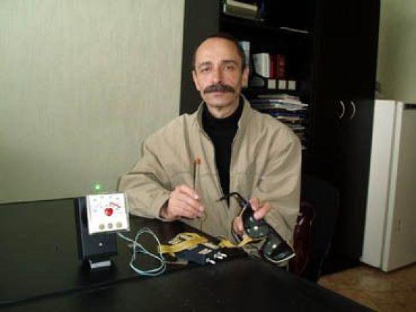 Григорій Чаусовський демонструє свій винахід (Фото: www.mig.com.ua)