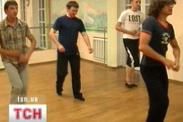 Чоловіки танцюють