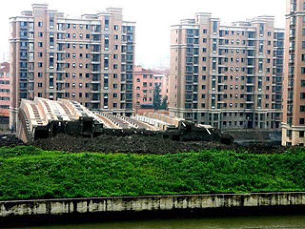 У Китаї 13-поверховий будинок впав і залишився неушкодженим