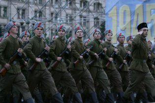 У Києві розпочався парад військ з нагоди 65-ї річниці Перемоги