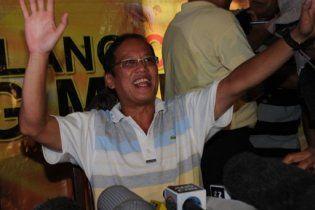 На виборах президента Філіппін перемагає син убитого опозиціонера