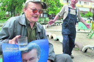 Київський пенсіонер лікує від безсоння та імпотенції портретом Януковича