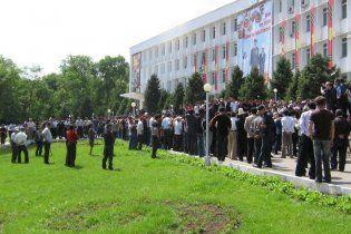 У Киргизії противники нової влади рушили країною скидати губернаторів