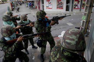 Військові взяли штурмом укріплення опозиціонерів у Бангкоку