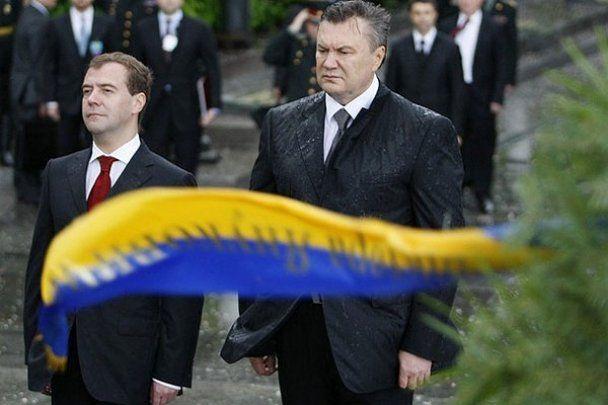 Януковича ледь не збило з ніг траурним вінком (відео)