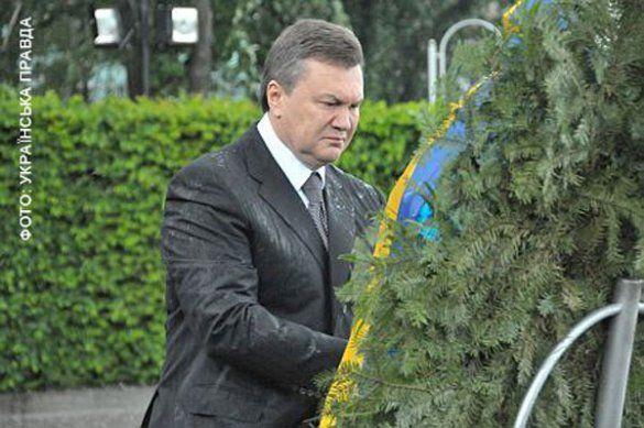 Віктор Янукович і вінок_1