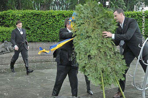 Вінок, який впав на Януковича, продали на аукціоні
