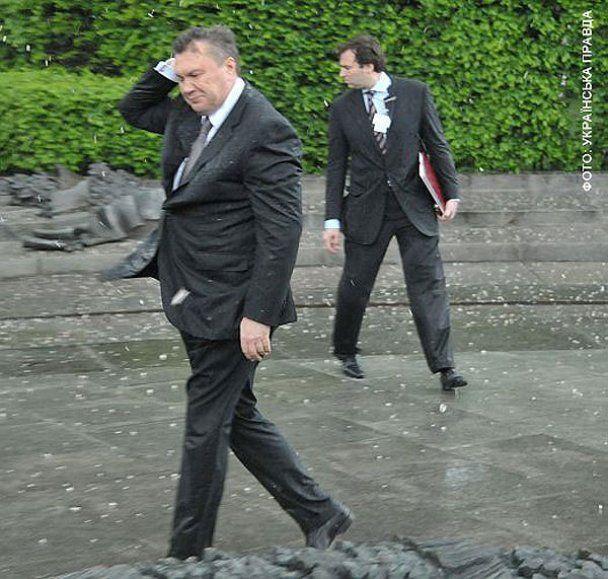 Янукович і вінок став одним з найпопулярніших в Росії роликів