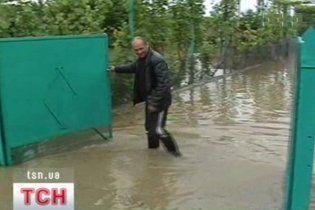 Сильні зливи затопили три райони Закарпаття