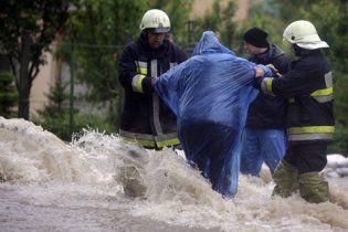 Через зливи у Європі та Китаї евакуювали тисячі людей