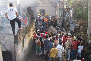 На Філіппінах вертоліт губернатора впав на житлові будинки