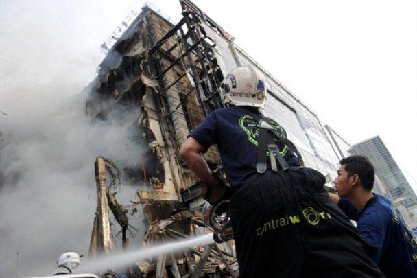 Тайська опозиція спалила 16-поверховий торговий центр, армія розстрілює паліїв