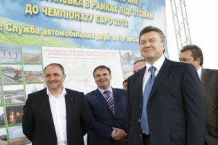 Янукович пригрозив звільнити міністра, який відмовився їхати до Луганська
