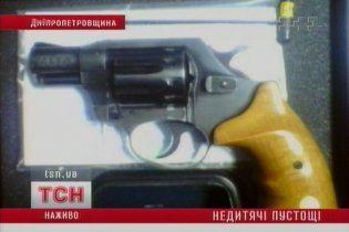 На Дніпропетровщині трирічний хлопчик вистрелив у сестру з револьвера