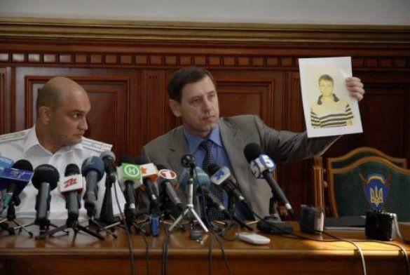 Представник Дніпропетровського МВС тримає в руках фото підозрюваного