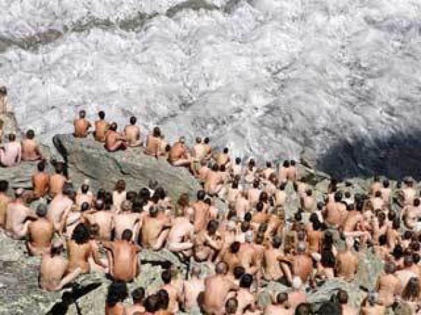 Сотні оголених на льодовику