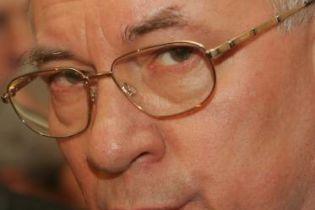 Азаров: НБУ може утримати гривню