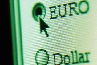 Українці не довіряють гривні і скуповують євро