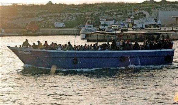 Човен з нелегалами, Італія