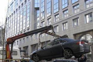 В Одессе эвакуатор упустил машину вместе с водителем