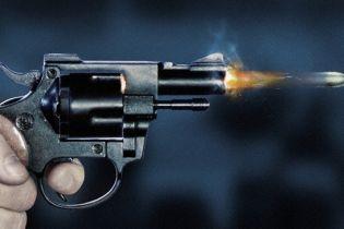 Підлітка, який вісім разів вистрілив у матір, визнали винним