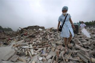 Китайского учителя посадили за фото землетрясения ()