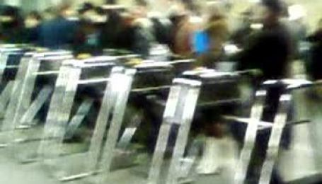 Людей не впускають до метро (ексклюзивне відео)
