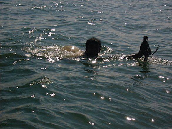 Чоловік у воді (Фото: talks.guns.ru)