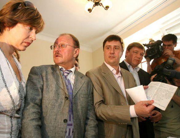 В'ячеслав Кириленко демонструє заяви (Фото: Офіційний сайт блоку
