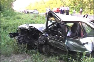Автомобиль врезался в дерево. Есть жертвы (видео)