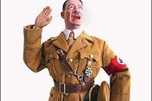 На Сицилии развесили плакаты с Гитлером в розовой нацистской форме