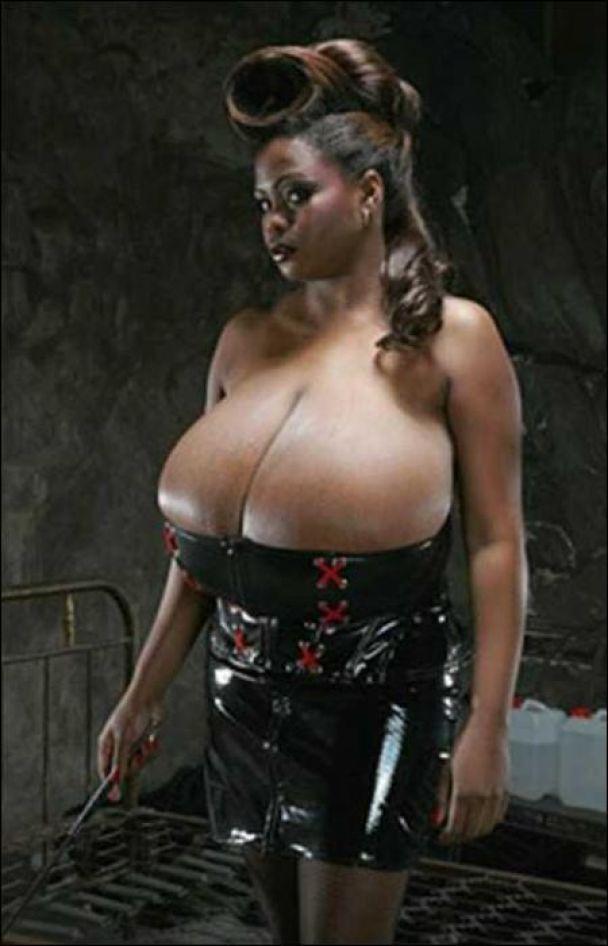 """В Африке появилась претендентка на """"самую большую грудь"""" (фото)"""