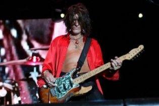 Соліст Aerosmith повибивав собі зуби, впавши у ванній