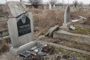 Столичні цвинтарі атакують вандали
