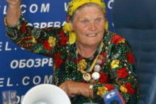 Баба Параска б'ється мегафоном