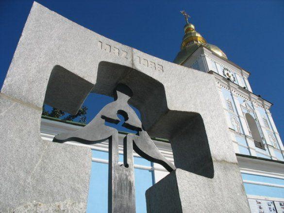 Пам'ятний знак жертвам Голодомору на Михайлівській площі в Києві (Фото: obriy.pib.com.ua)