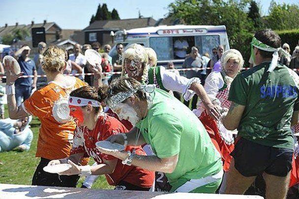 В Англії провели чемпіонат з метання тортів